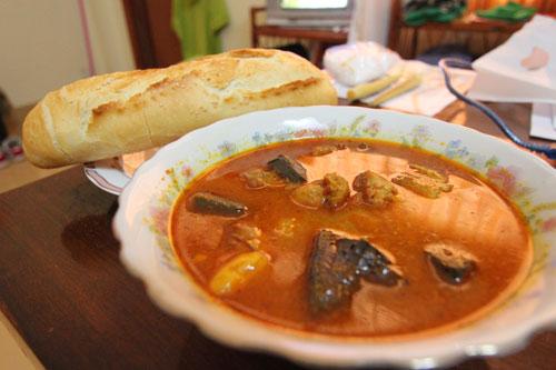 カンボジアのカレー風味スープ