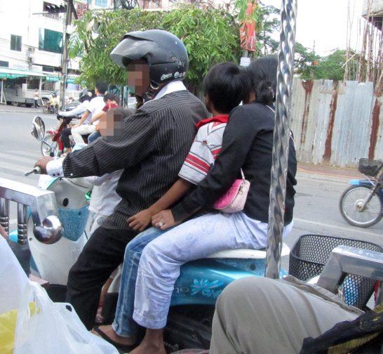 一家でバイクに乗る家族