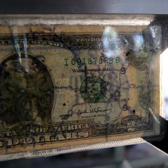 文字が書き込まれた2ドル札