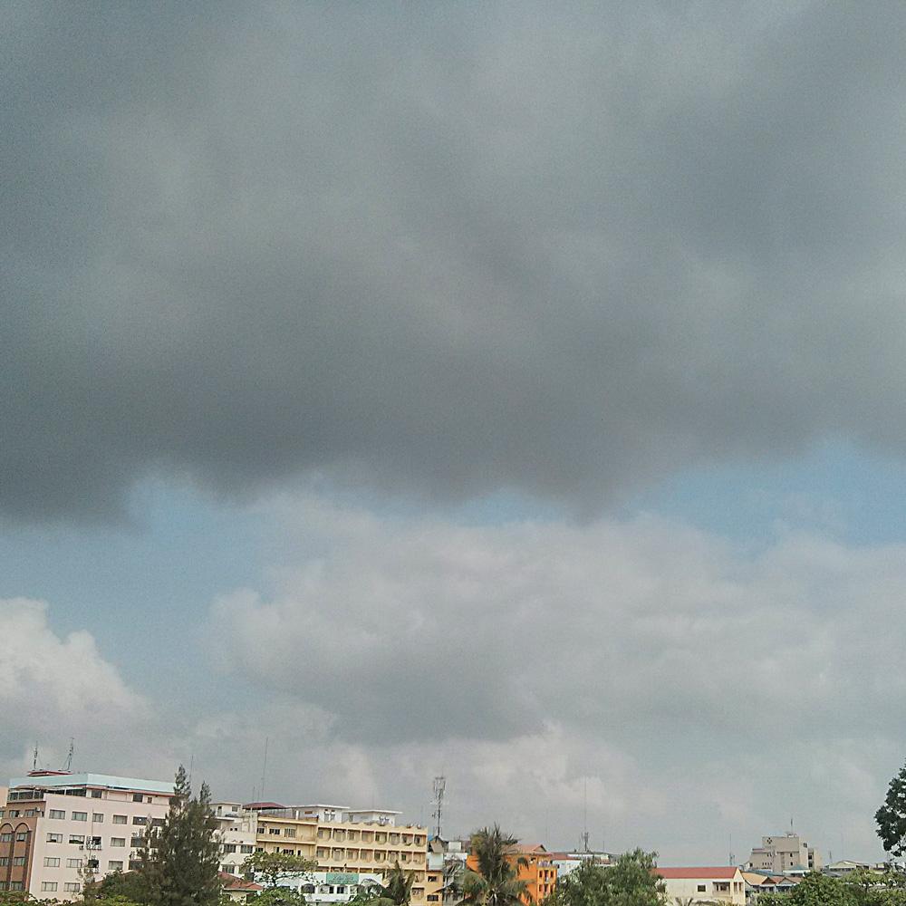 雨期を予感させる黒い雲