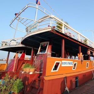 クルーズ船。貸し切りの場合はこれより少し小さな船になります。