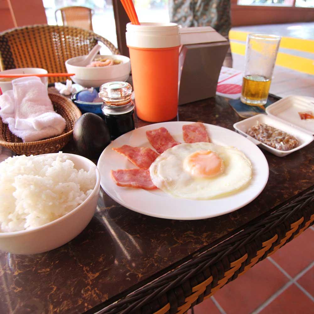 モーニン南城。ベーコンエッグ、納豆、ご飯、スープ、コーヒーが付きます。