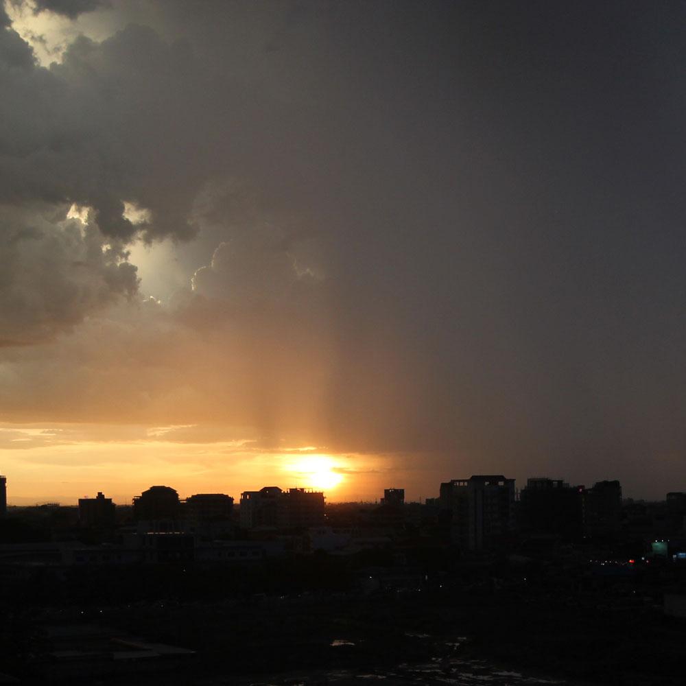 スコール後の夕日。右側では雨が降っています。