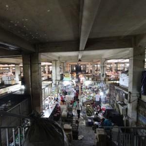 オルセーマーケット内部。細い通路がたくさんあり自分の居場所が分からなくなります。
