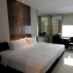キングサイズのベッドのある部屋。十分な広さです。