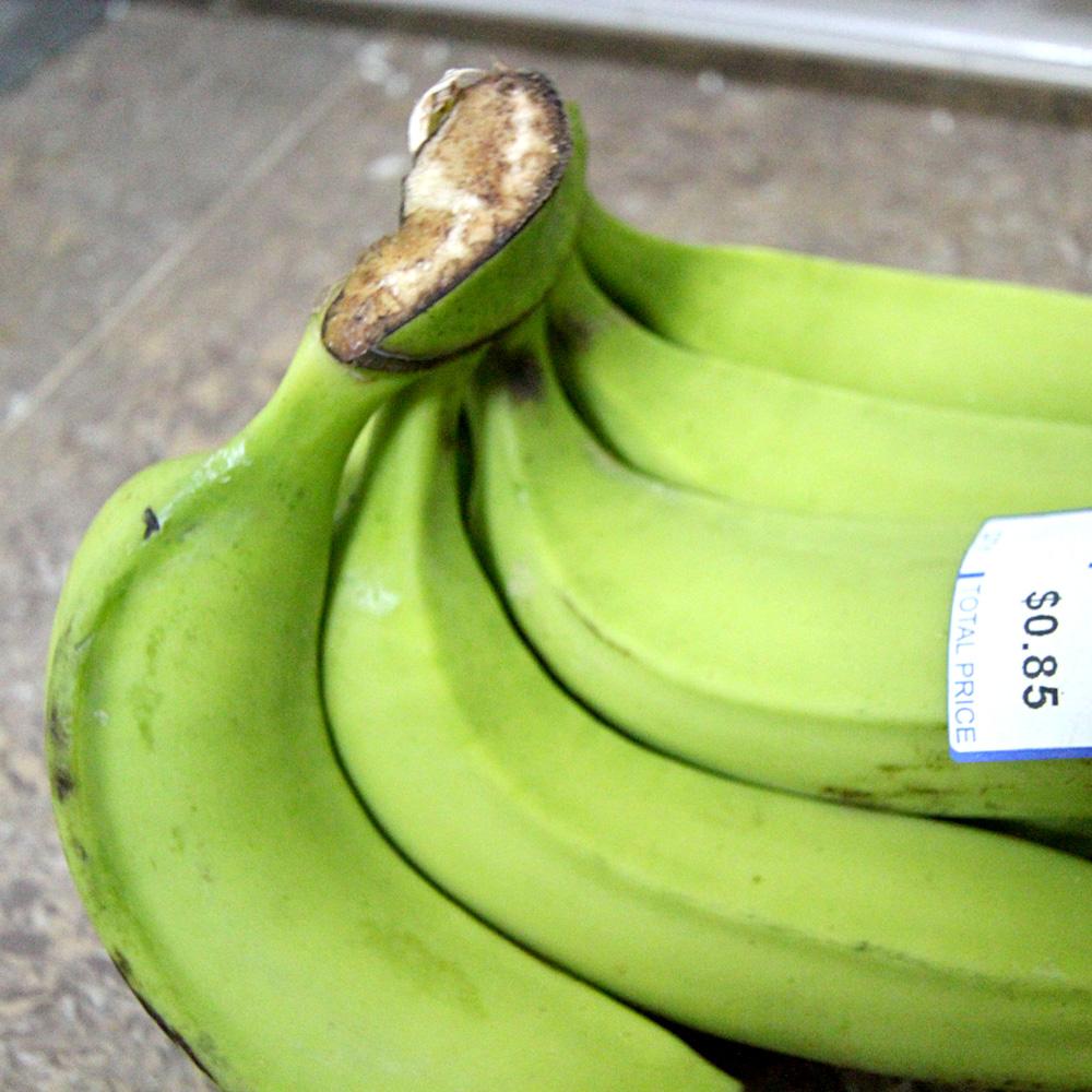 カンボジアでは緑のバナナが主流。