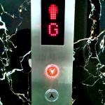 下に行きたいのに上のボタンを押してしまうエレベーター