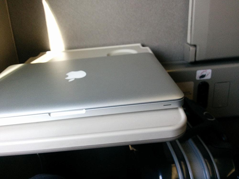 10kgまでの重さに耐えられるのでパソコンを使って仕事もできますよね。