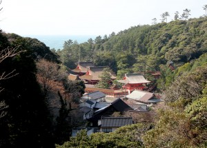 山の合間にある日御碕神社。山の緑、海の青、そして神社の朱色がとても綺麗です。