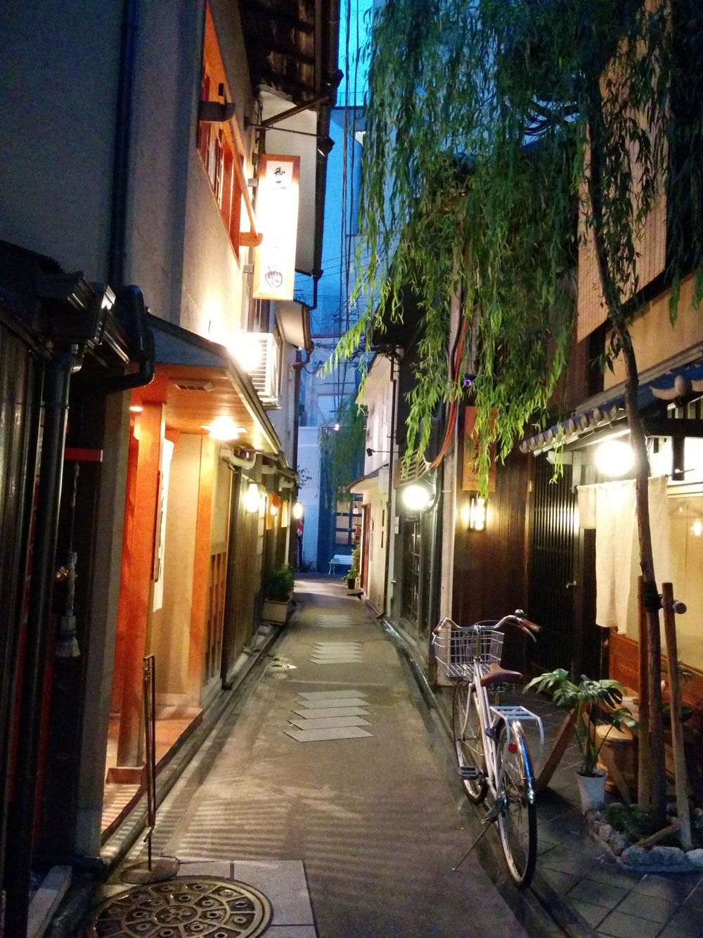 短く狭い路地の両サイドに小さいお洒落なお店が並びます。