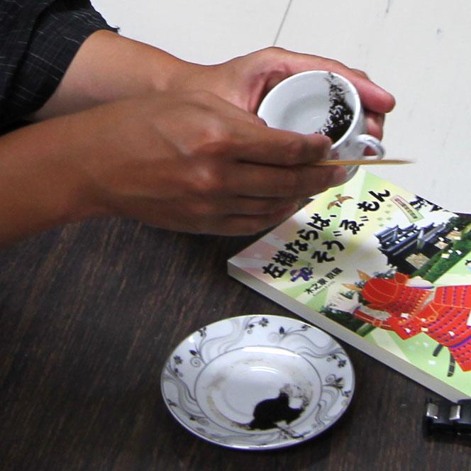トルココーヒー占い。カップに残った粉の形状で占う。