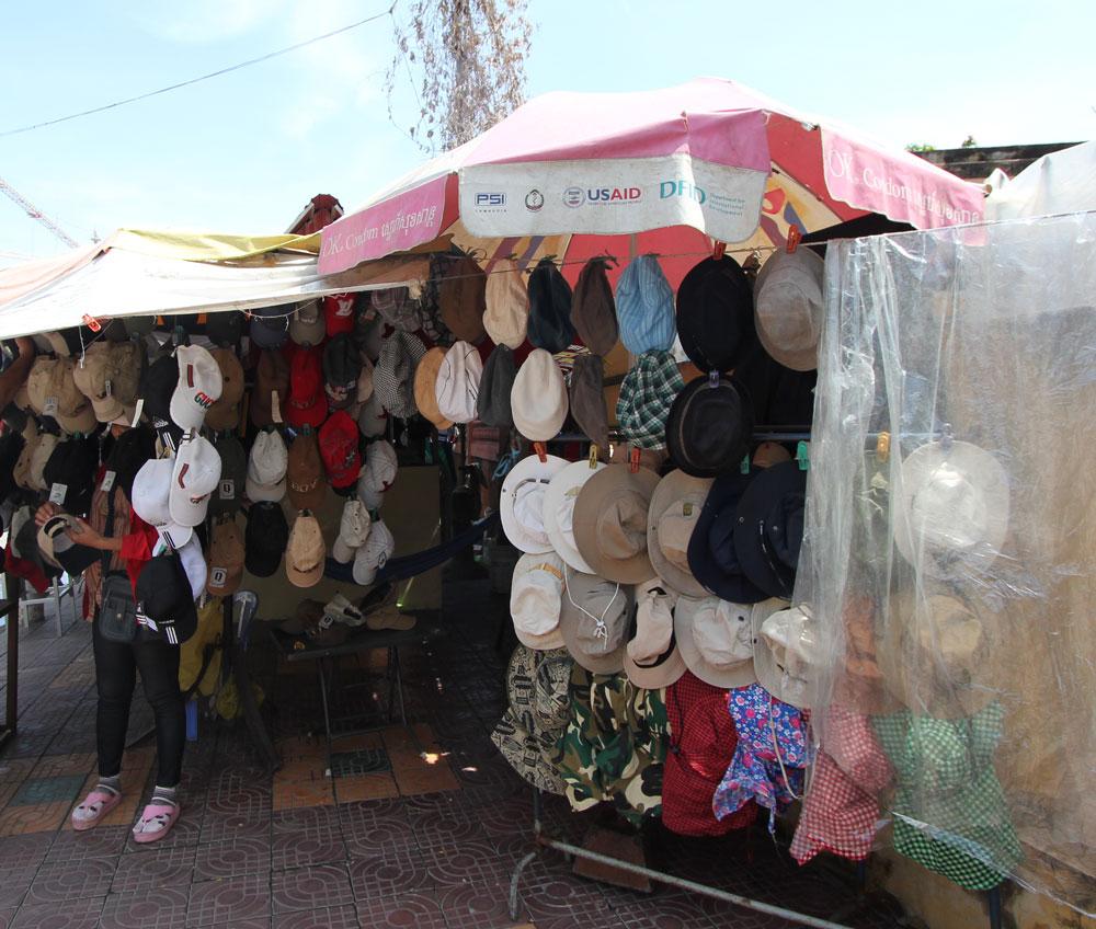 道ばたの帽子屋。結構充実の品揃え。