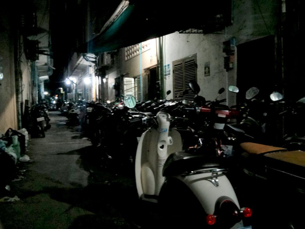 カンボジア人が住んでいる家。夜は真っ暗、外国人が生活するには厳しい環境です。