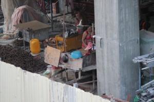 工事現場で朝食を作る女性。