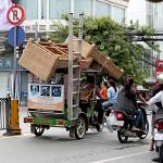 トゥクトゥクなら大量の家具も運べます。