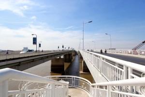 右が新しく開業した中国橋。左が日本橋。