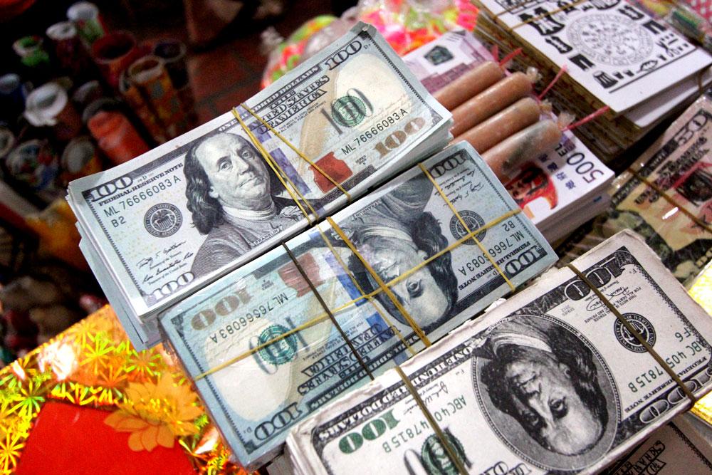 市場で売られている100ドル札。
