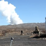 火口。噴煙が迫力満点。少し火山ガスの臭いがします。