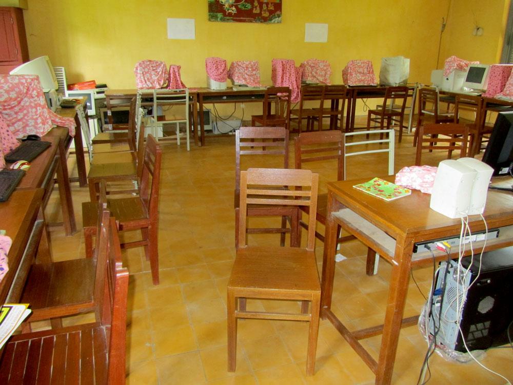 カンボジアの教室。掃除されていなくて汚い。