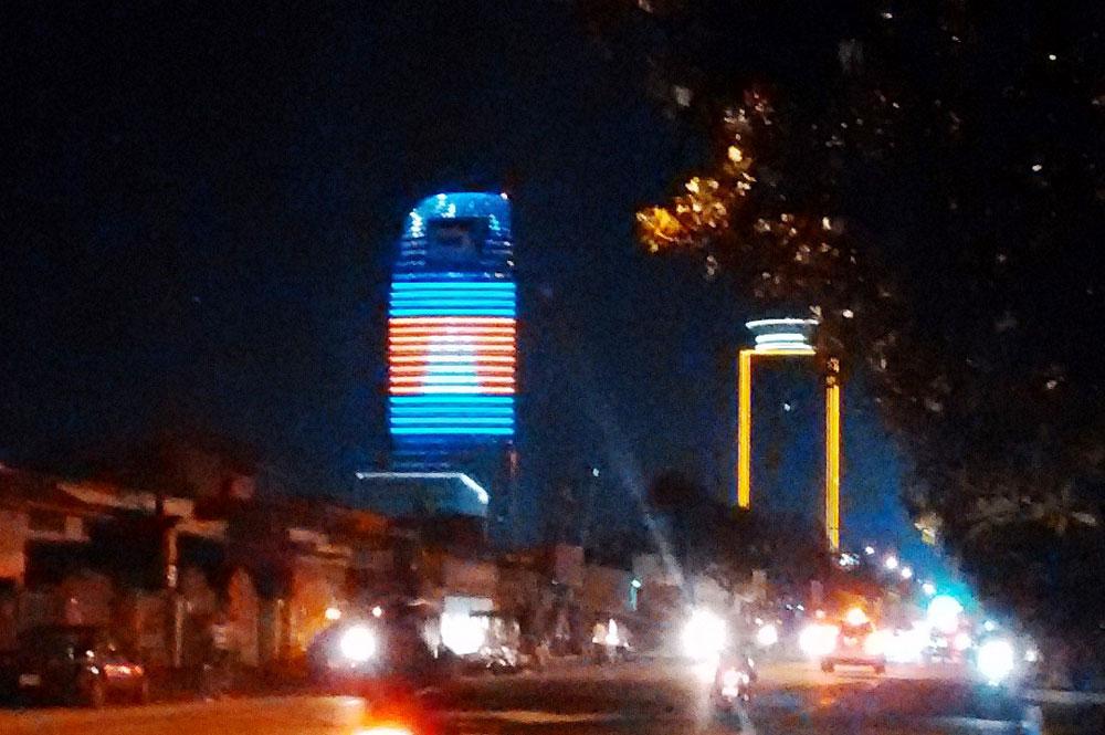 カンボジアの国旗が映し出されてます。