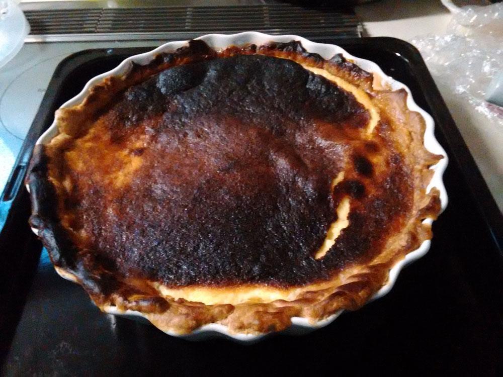 焼きすぎたカスタードパイ。