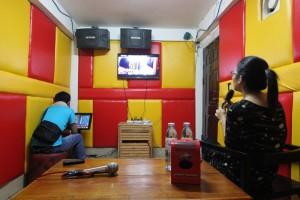 カンボジアのローカルなカラオケ屋