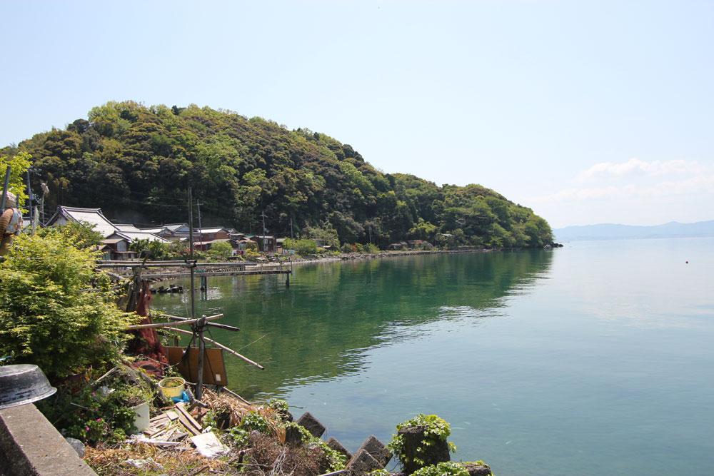 湖岸に家が建ち並びます。