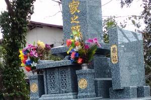 熊本で見たお墓。金色です。