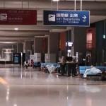 深夜の空港。ベンチで寝ている人も大勢います
