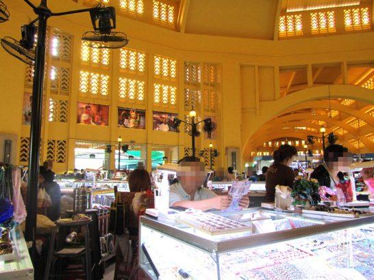 セントラルマーケットの中心部分では宝石などが売られている