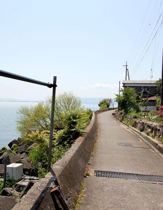 湖岸の小道を歩く