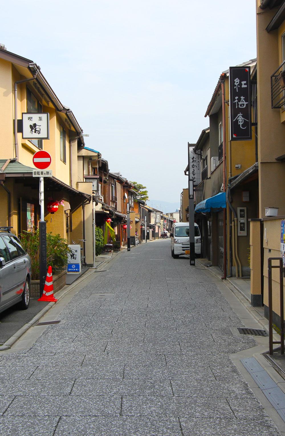 石畳の道に日本家屋が立ち並びます。