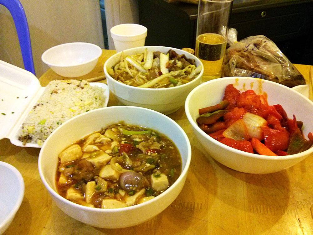 テイクアウトした中華料理を部屋で食べます。