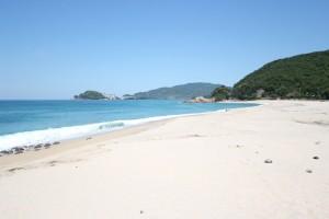 青い海に白いビーチが特徴の水晶浜