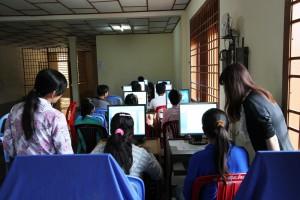 クラチェのワークショップの様子。毎日多くの学生がやってきてくれました。