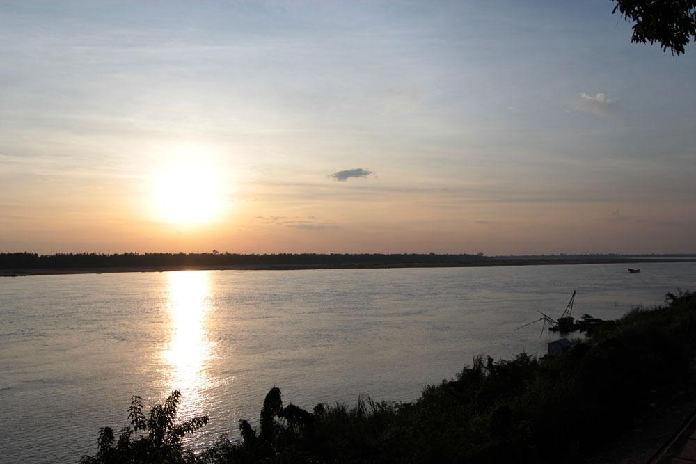 クラチェの町からみたメコン河の夕暮れ