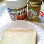 食パン、ココナツオイルとハチミツで美味しい朝食が作れます。