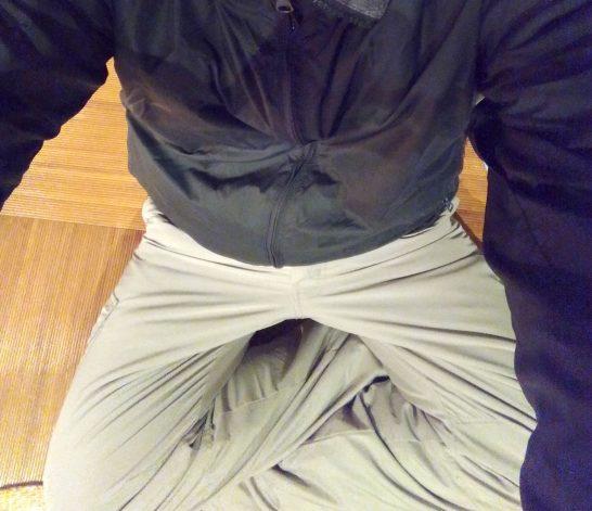寝袋で寝る時にはナイロン製のズボンがおすすめ。暖かいです。