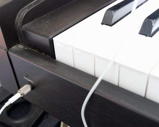 ピアノに繋ぎっぱなしのイヤホン