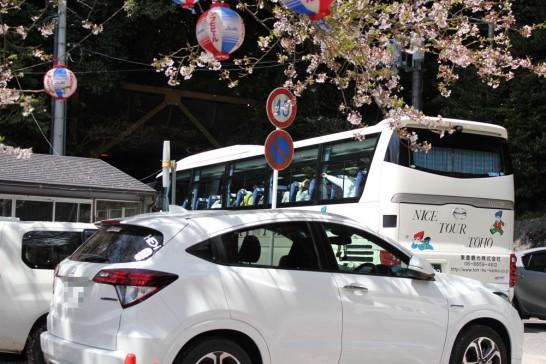 トンネル待ちをする観光バス