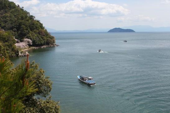 高い場所から琵琶湖を見下ろす。右の島は竹生島