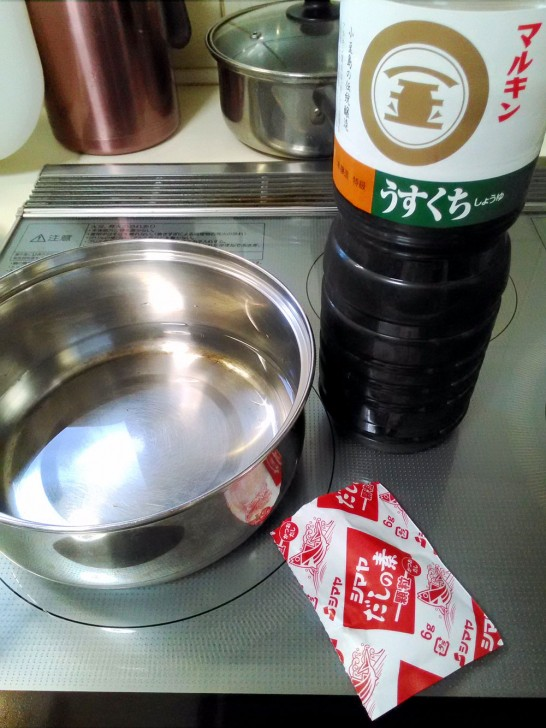 鍋に水、ダシの素、醤油を入れて火にかけます