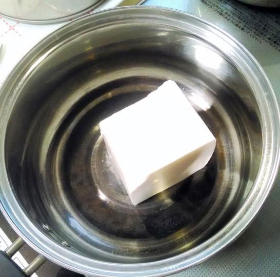 レアチーズを鍋に入れ、焦げ付かないように溶かす