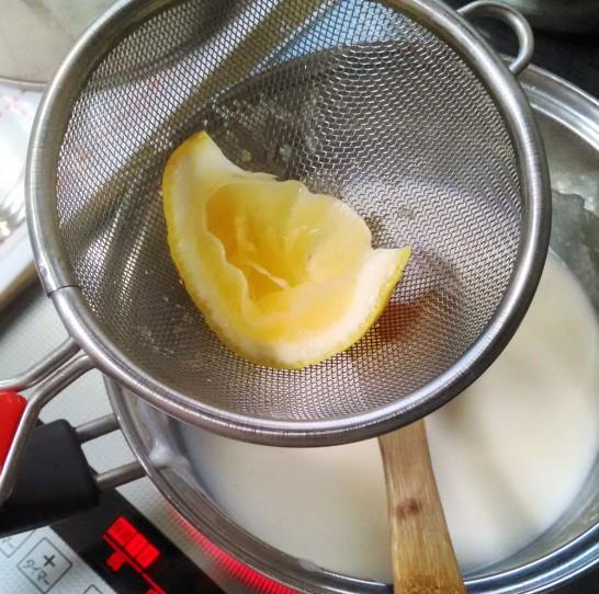茶こしの上でレモンを搾ると種が入らない