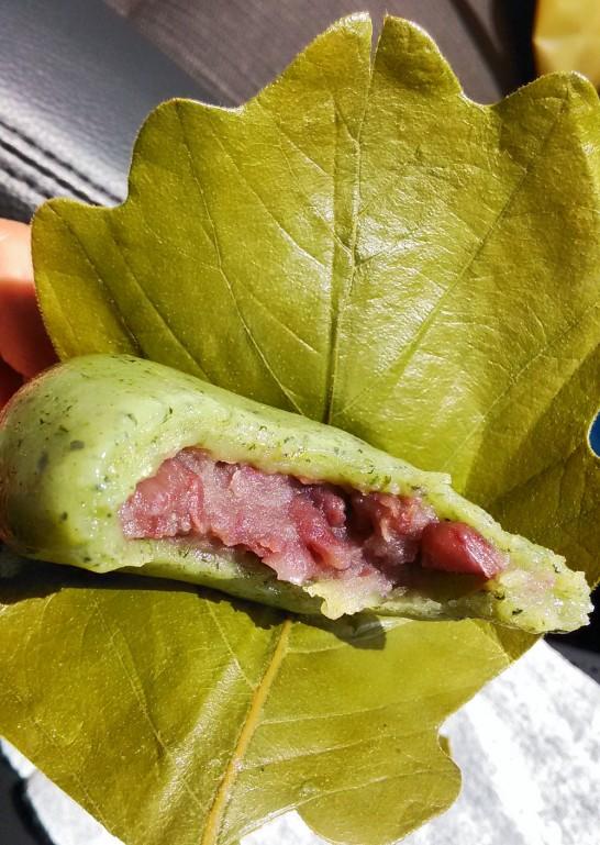 青木松風庵の蓬柏餅。中は粒あん。