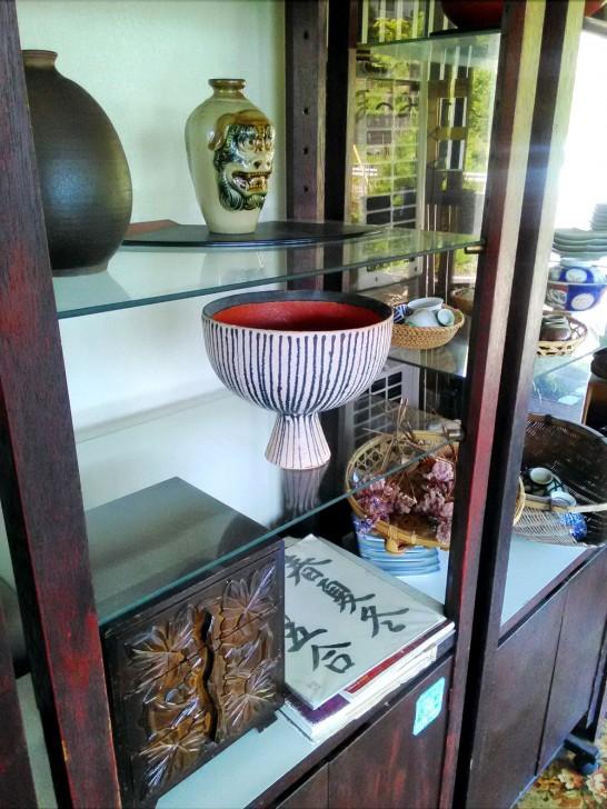 店内には骨董品が飾られている