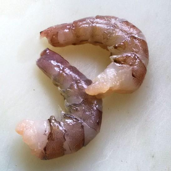 エビの皮を剥く