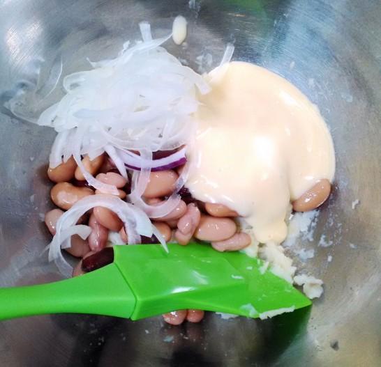 オニオンスライス、豆、マヨネーズを投入