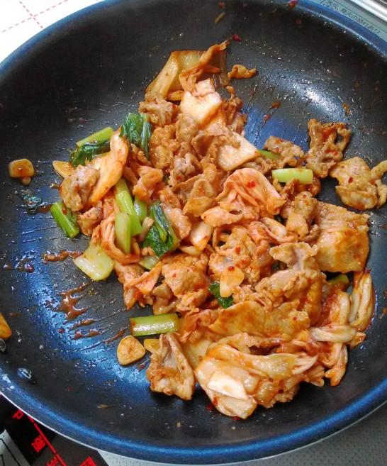 小松菜に軽く火が通るくらいに炒める