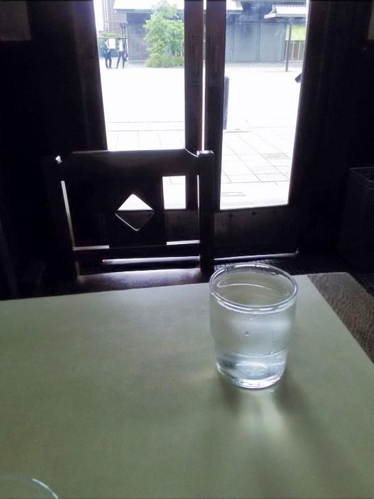 篠田屋の店内。ドアも良い感じ